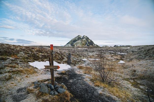 Panneau de randonnée avec montagne en arrière-plan