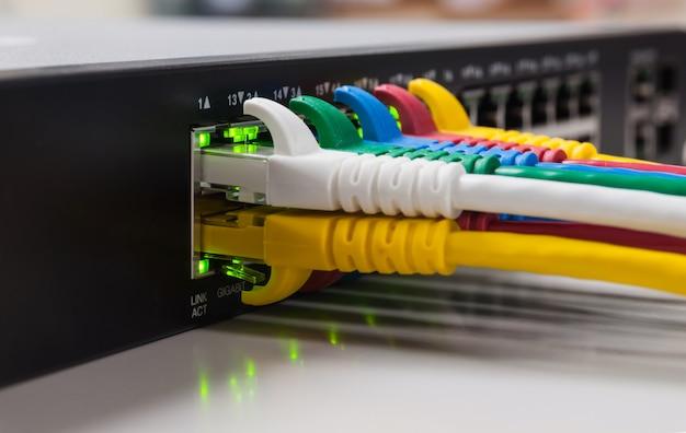 Panneau de réseau, commutateur et câble dans le centre de données