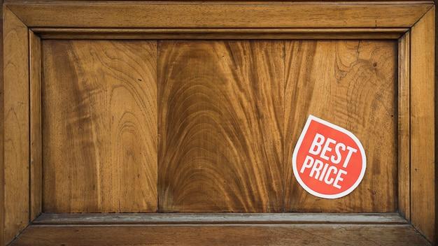 Panneau rouge sur cadre en bois