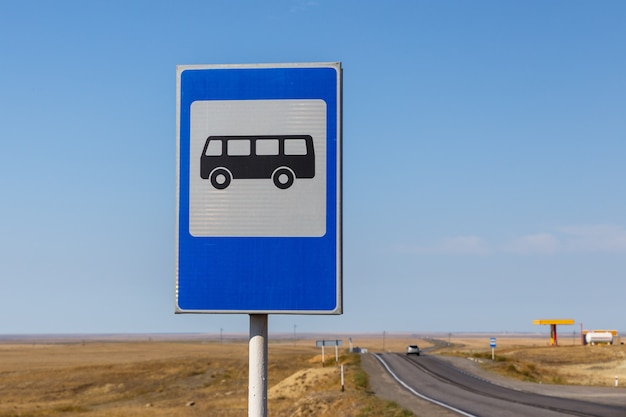 Panneau routier arrêt de bus sur l'autoroute au kazakhstan