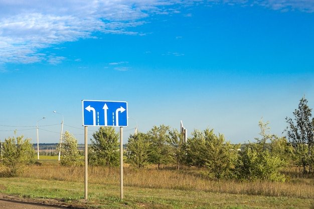 Panneau routier avec gauche, droite et tout droit
