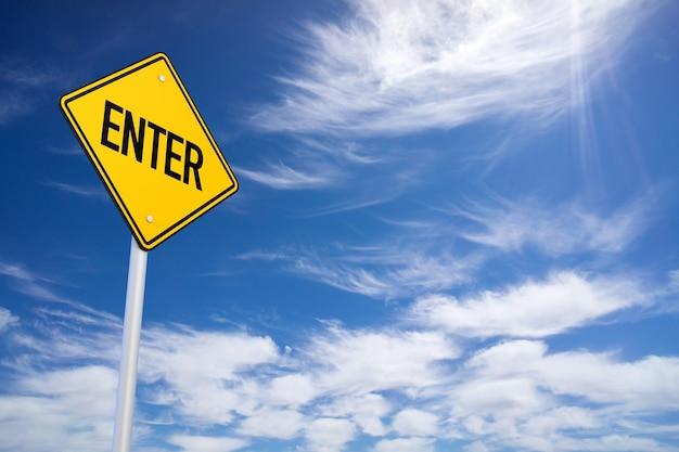 Panneau routier jaune avec entrée signe à l'intérieur sur fond de ciel bleu