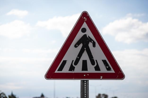 Panneau routier de passage pour piétons dans une forme triangulaire