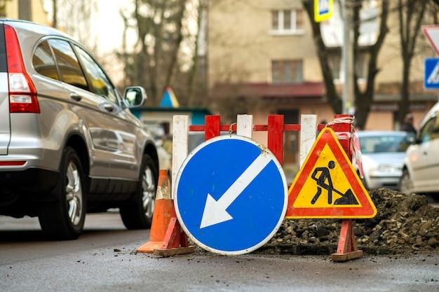 Panneau de signalisation d'avertissement sur le chantier routier.