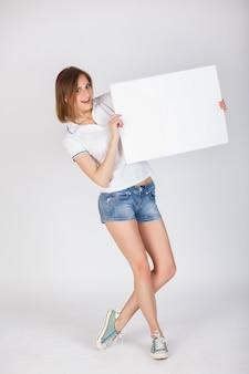 Panneau de signalisation. belle jeune fille en short en jean et un t-shirth