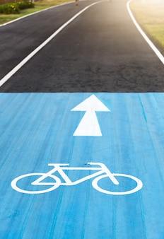 Panneau de signalisation de bicyclette et flèche sur les voies de bicyclette