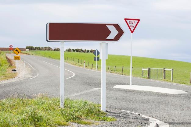 Panneau de signalisation de direction droite vierge