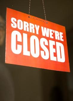Panneau de signalisation fermé accroché à la porte du café ou petit magasin