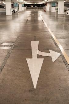 Panneau de signalisation de flèche sur la chaussée