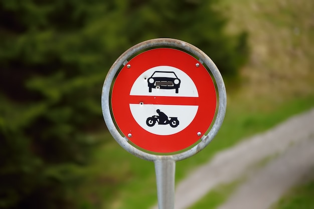 Panneau de signalisation interdisant l'accès aux voitures et motos sur le sentier pédestre