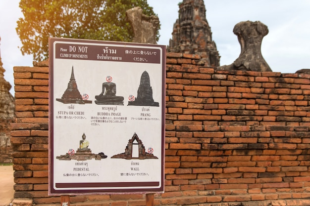 Panneau de signalisation n'est pas de l'ancienne statue en ruine dans le parc historique d'ayutthaya