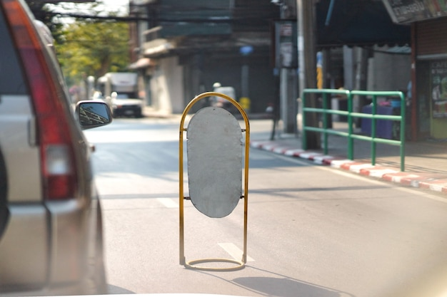 Panneau de signalisation de poste de signalisation de maquette vierge sur la route pour le changement de voie d'avertissement
