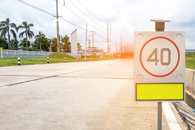Panneau de signalisation sur route dans la zone industrielle