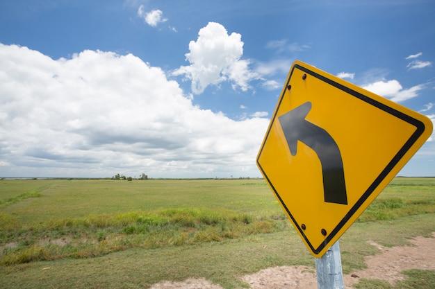 Panneau de signalisation routière courbe