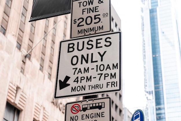 Panneau de signalisation de rue avec arrière-plan flou