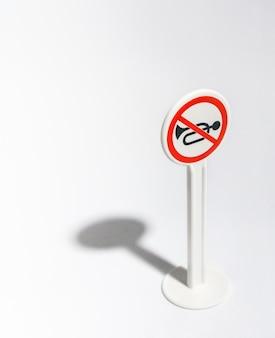 Panneau de signalisation de silence isolé sur blanc