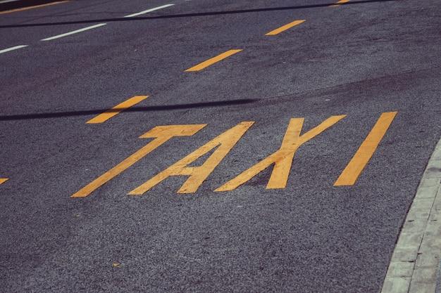 Panneau de signalisation de la station de taxis dans la rue dans la ville de bilbao en espagne