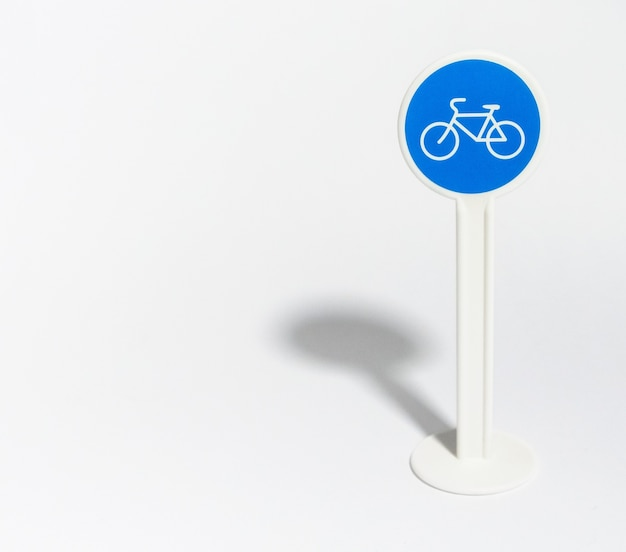 Panneau de signalisation de vélo isolé sur blanc