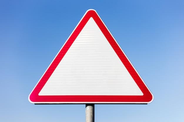 Panneau de signalisation vierge sur ciel bleu.