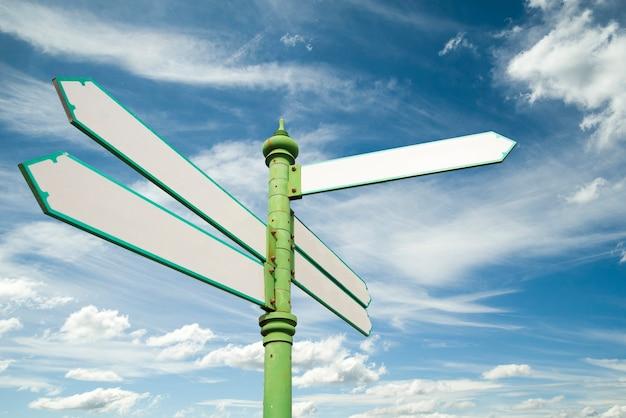 Panneau de signalisation vierge sur fond de ciel