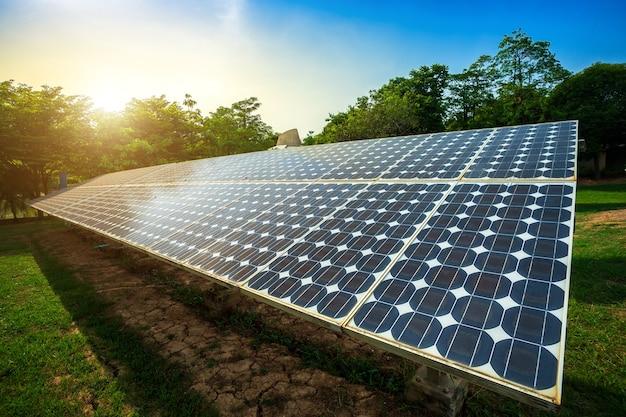Panneau solaire sur fond de ciel bleu, concept d'énergie alternative, énergie propre, énergie verte.