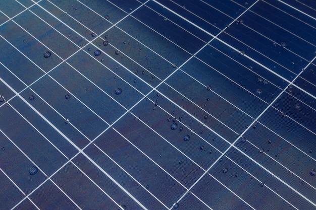 Panneau solaire avec des gouttes d'eau sur un nano revêtement