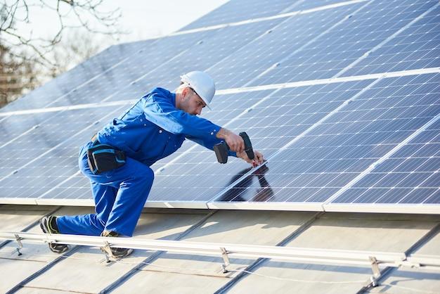 Panneau solaire de montage électricien sur le toit de la maison moderne