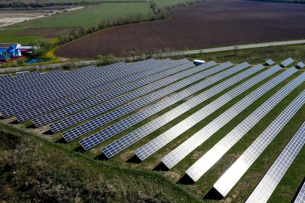 Le panneau solaire produit une énergie verte et respectueuse de l'environnement.