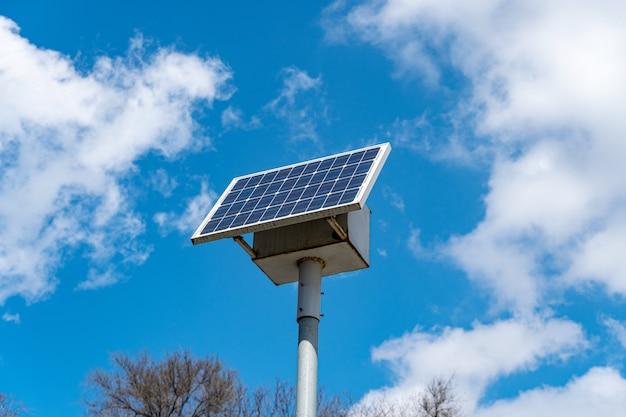 Panneau solaire de rue sur poteau de signalisation routière