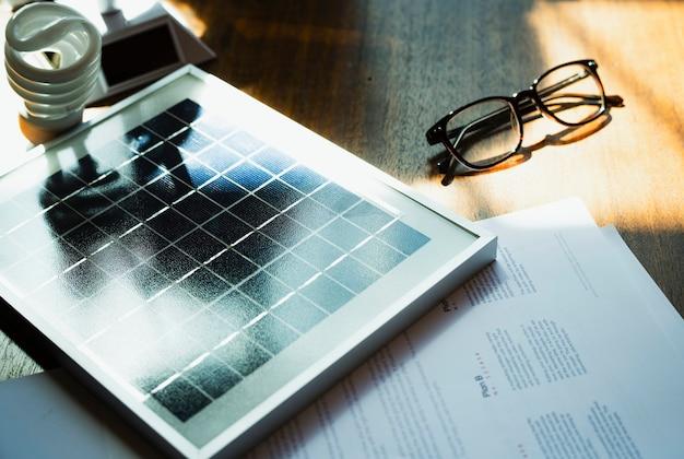 Panneau solaire sur une table en bois