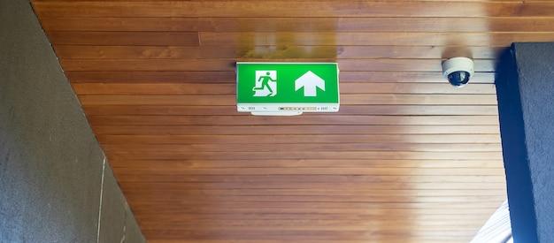 Panneau de sortie d'urgence incendie sur le fond du mur à l'intérieur du bâtiment. notion de sécurité