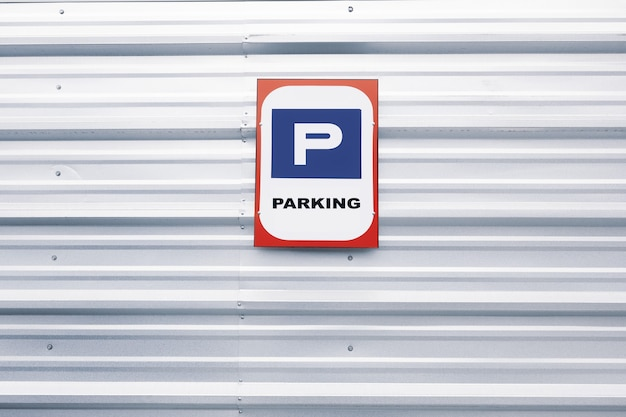 Panneau de stationnement bleu sur un mur de zinc image horizontale photo de haute qualité