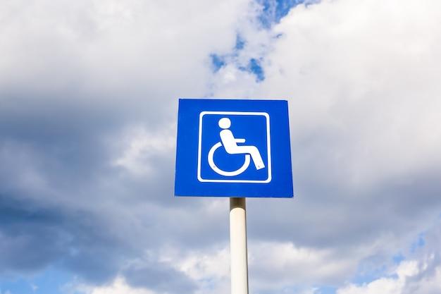 Panneau de stationnement pour les personnes handicapées dans la ville