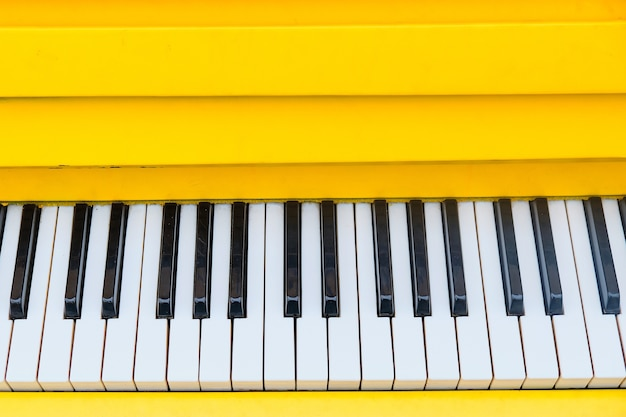 Panneau avec touches de piano jaunes avec vue de dessus