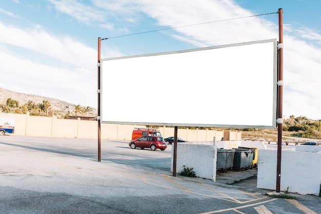 Panneau vide blanc sur le parking en béton