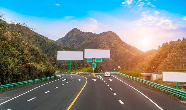 Panneaux d'affichage sur les autoroutes