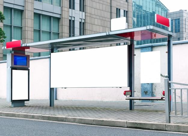 Panneaux d'affichage en bordure de route