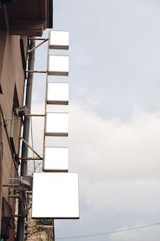 Panneaux d'affichage carrés dans la rue