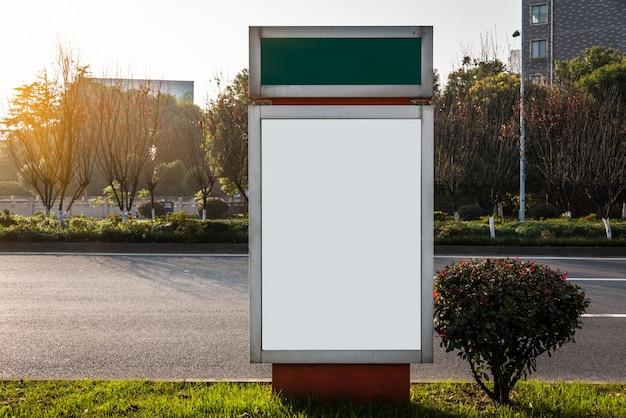 Panneaux d'affichage sur le côté de la route, vierges,