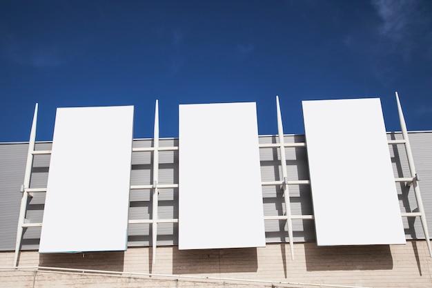 Panneaux d'affichage vides sur le mur pour la publicité