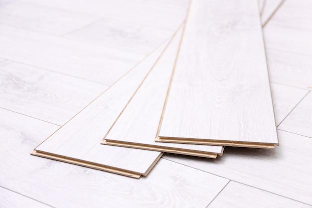 Panneaux en bois sur un nouveau revêtement de sol stratifié