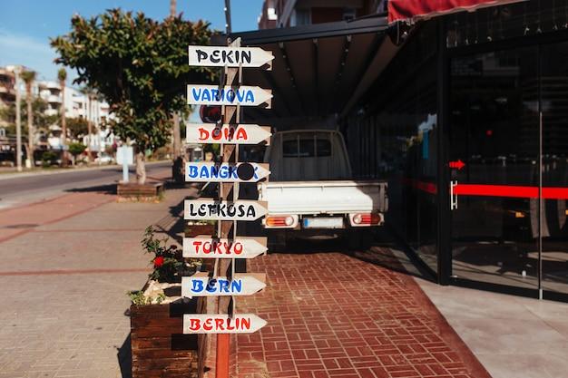 Panneaux en bois sur la rue alanya en turquie