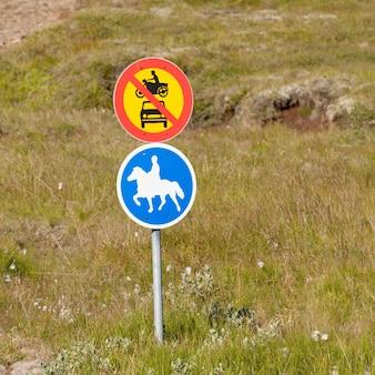 Panneaux circulaires, pas de circulation automobile, chevaux autorisés