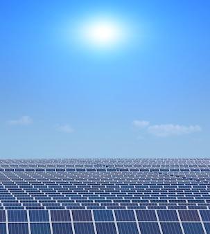 Panneaux d'énergie solaire contre le ciel ensoleillé