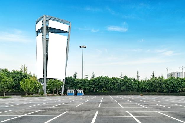 Panneaux extérieurs dans le parking