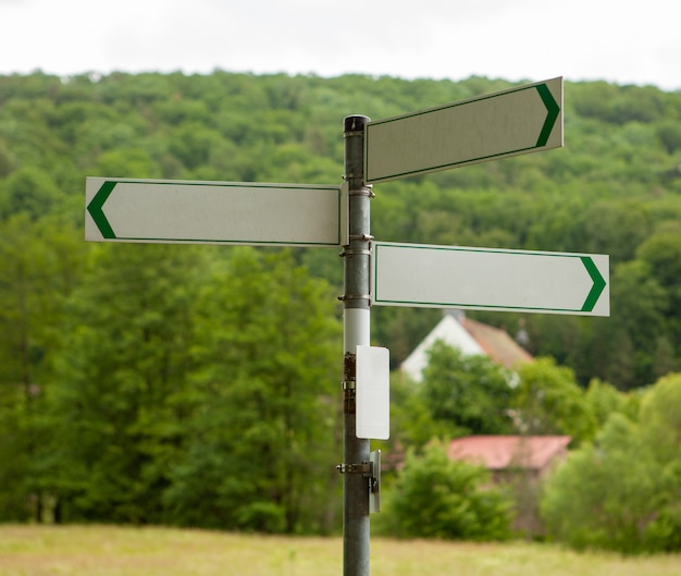 Panneaux indicateurs sur une route de campagne