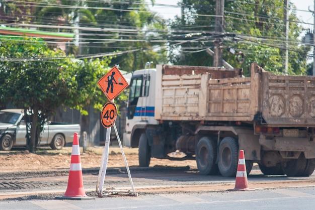 Les panneaux indiquant la fermeture de la route évitent temporairement la circulation en raison de la construction de routes