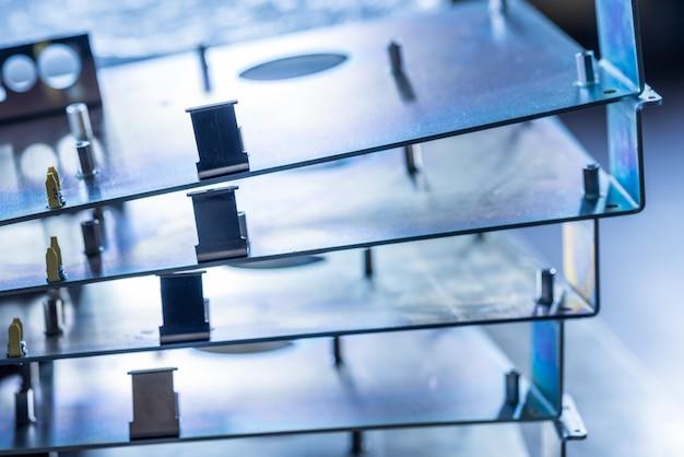 Des panneaux métalliques et des accessoires se trouvent à la surface lors de la production d'ordinateurs spécialisés modernes et d'équipements médicaux professionnels. concept de production technologique