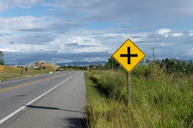 Panneaux routiers indiquant l'intersection sur l'autoroute