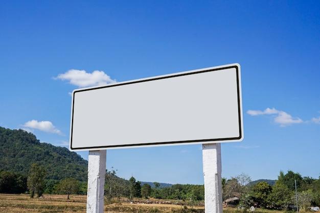 Les panneaux routiers sont situés près du bord de la route.